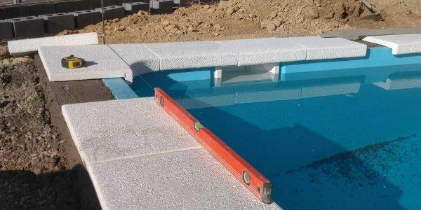 Instalación de piscina de poliéster